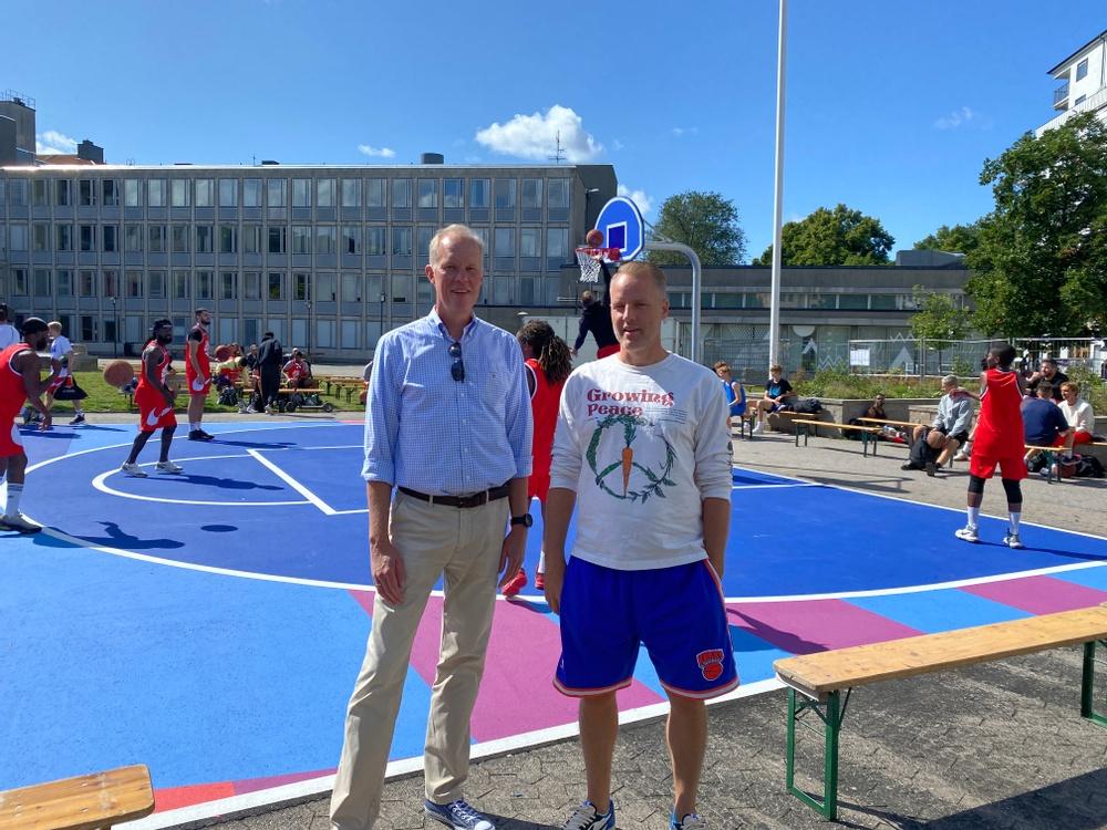 Claes Magnusson, vd för SISAB, tillsammans med Erik Fagerlind, grundare av SNS vid invigningen av planen. FOTO: Rebecca Nyberg/SISAB