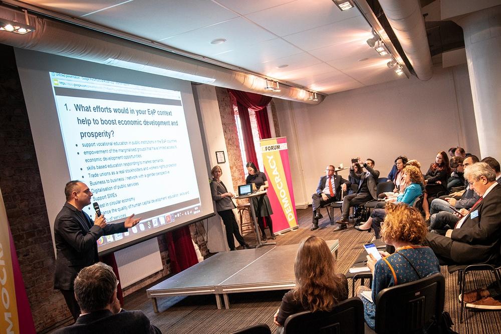 Arbetsgruppen presenterar inför publiken.