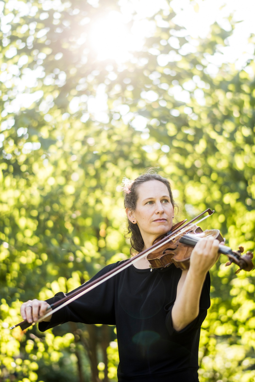 Kvinna (Malin Broman) spelar fiol.
