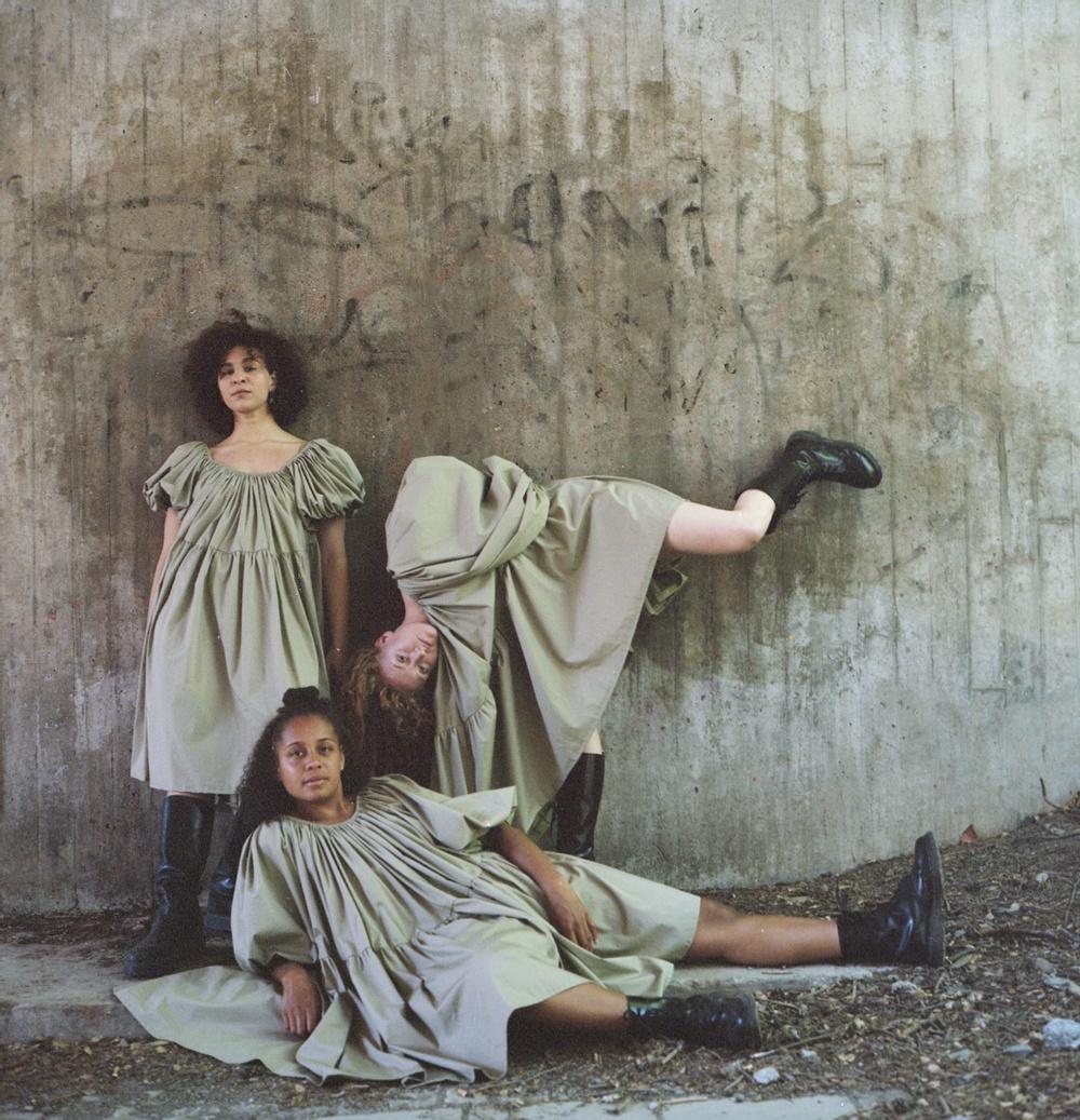 Dansarna Johanna Fröjd, Ama Kyei och Mona Namér.  Foto: Jonath Mathew