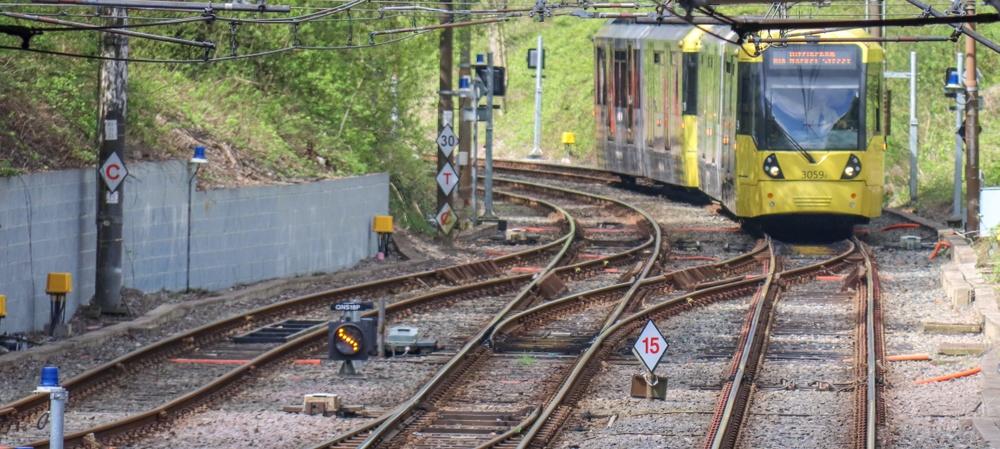 Spårvägen i Manchester trafikerar använder ofta gammal järnvägsinfrastruktur.