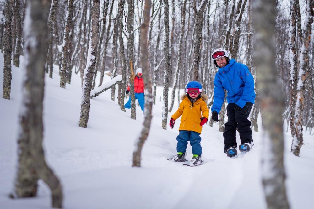 Barn som åker skidor  i skogen i Tänndalen