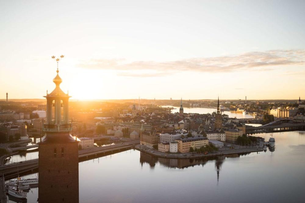 Vy över Stockholms stad i soluppgång.