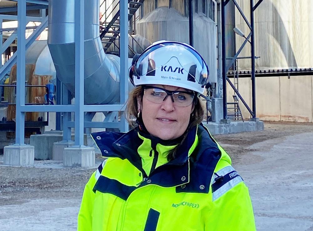 Malin Nilsson är arbetsmiljöingenjör på Nordic Paper Bäckhammar, och pekar på att en tydlig ledning är en förutsättning för ett framgångsrikt säkerhetsarbete. Foto: Nordic Paper.