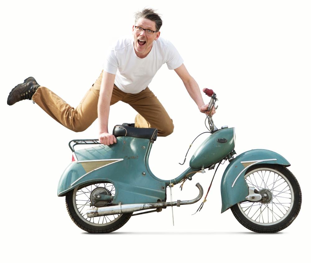 """Claes Johansson är chefredaktör för tidningen """"Moped"""", och utställningsproducent för """"Mopeden – en svensk designhistoria"""". Favroiten i hans mopedsamling är Crescent 2000, för tillfället utan motor. Med just den här mopeden åkte Claes till Paris – något som kickade igång hans passion för klassiska mopeder. Foto: Sixten Johansson"""