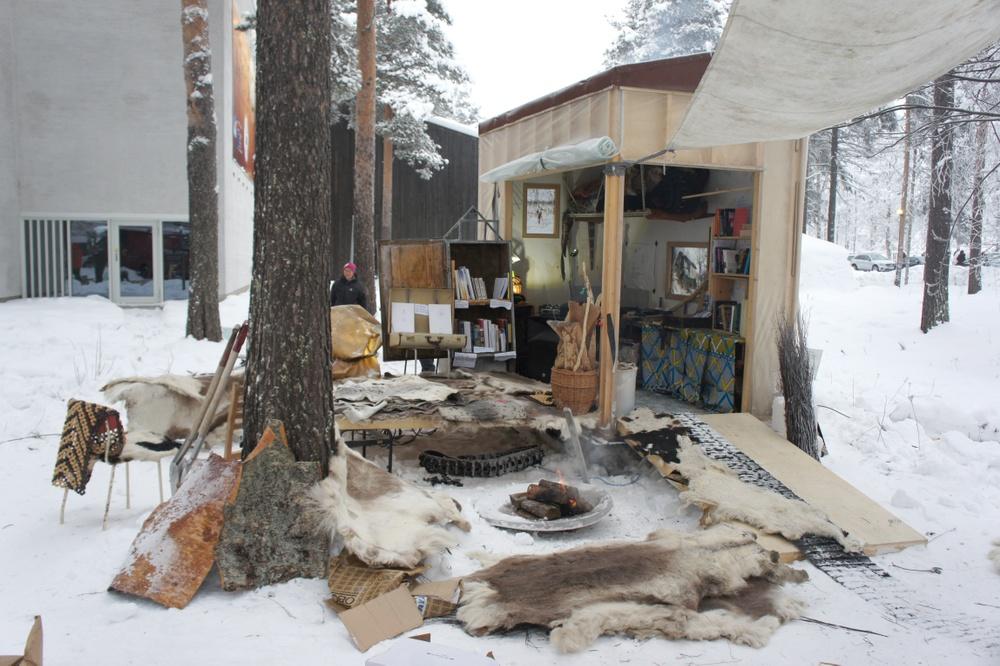 Joar Nango är en norsk-samisk installationskonstnär och arkitekt som medverkar i Kiruna Forever. Girjegumpi - Samiska arkitektbiblioteket är en mobil resursbank och en social plattform som syftar till att belysa inhemsk arkitektur och kolonialhistoria i relation till arkitektur. Den är uppbyggd kring en samling av mer än 250 böcker som handlar om olika ämnen från gamla etnografiska registreringar till mer samtida och politiska idéer och teori som feminism, anarkism, avkolonisering och markrättigheter. Projektet har turnerat de senaste tre åren och för varje ny destination finns olika hantverk- och designverkstäder som hålls som en del av initiativet. (Foto: Astrid Fadnes).
