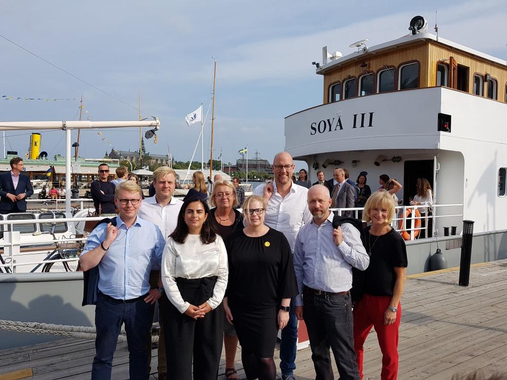 Stockholms trafikpolitiker samlades ombord på Wallfasts fartyg M/S SOYA III för att debattera kollektivtrafiken.