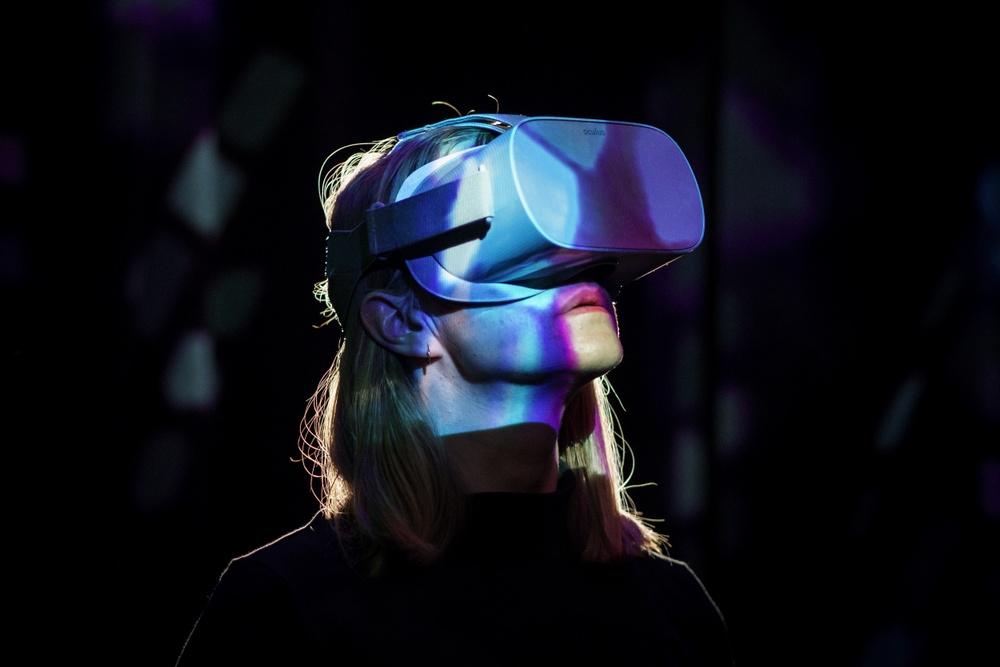 Med hjälp av vr-glasögon kan besökarna gå på virtuell klubb. Foto: Miki Anagrius
