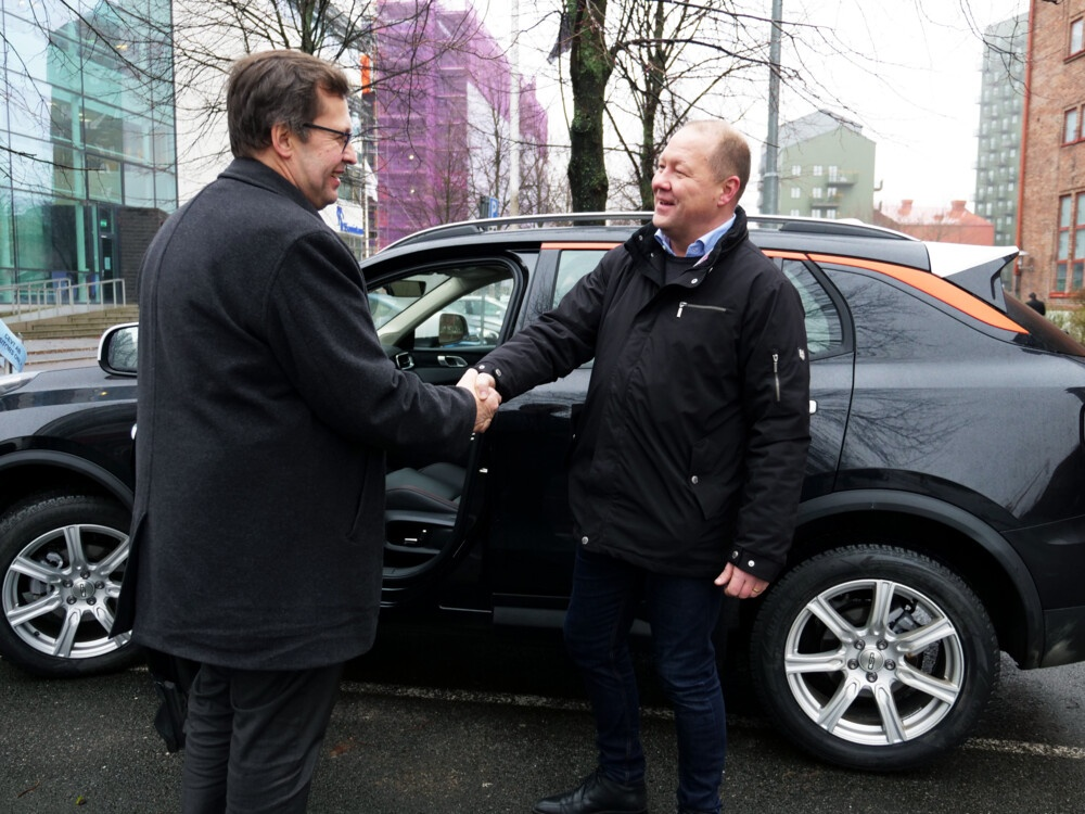 Mikeal Rönnholm, Head of innovation Strategy & Collaboration at CEVT hands over a test car to Jukka Olli from Business Oulu.