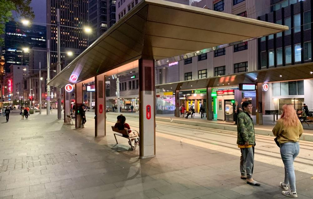 Hållplatserna i Sydney är öppna och utan barriär. Biljettmaskiner finns på plattformarna och biljetter viseras innan påstigning.