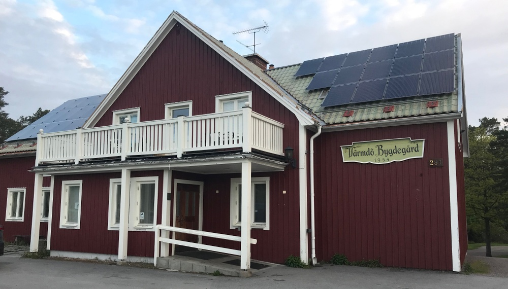 Värmdö bygdegård med solceller på taket. Foto: Anna  Ranebo