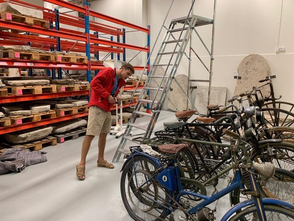 Den litauiske konstnären Augustas Serapinas har varit på plats i Gotlands Museums arkiv på Visborgsområdet, där han funderat på gränsdragningar inom museivärlden. Foto: Baltic Art Center