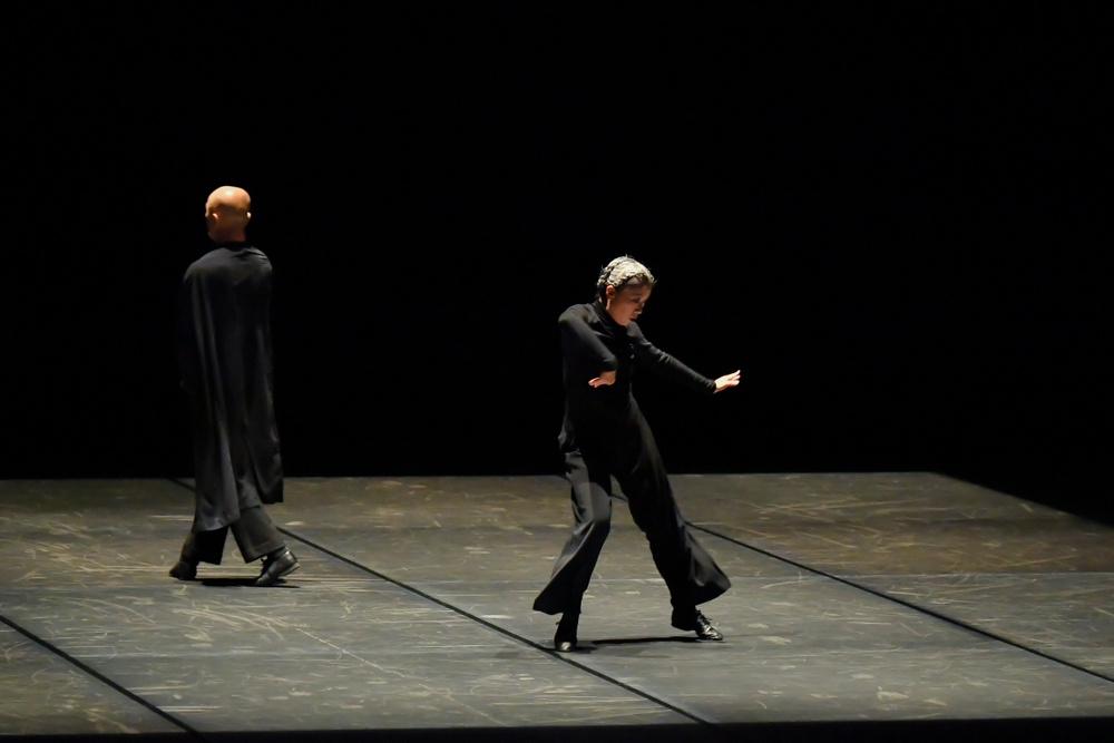 """Foto: Akihito Abe.  Dansarna Saburo Teshigawara och Rihoko Sato i verket """"Lost in dance"""" som gästar Dansens Hus 26-27 september 2019"""