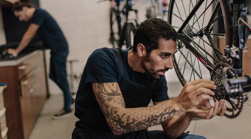 Cykelreparatör lagar cykel.