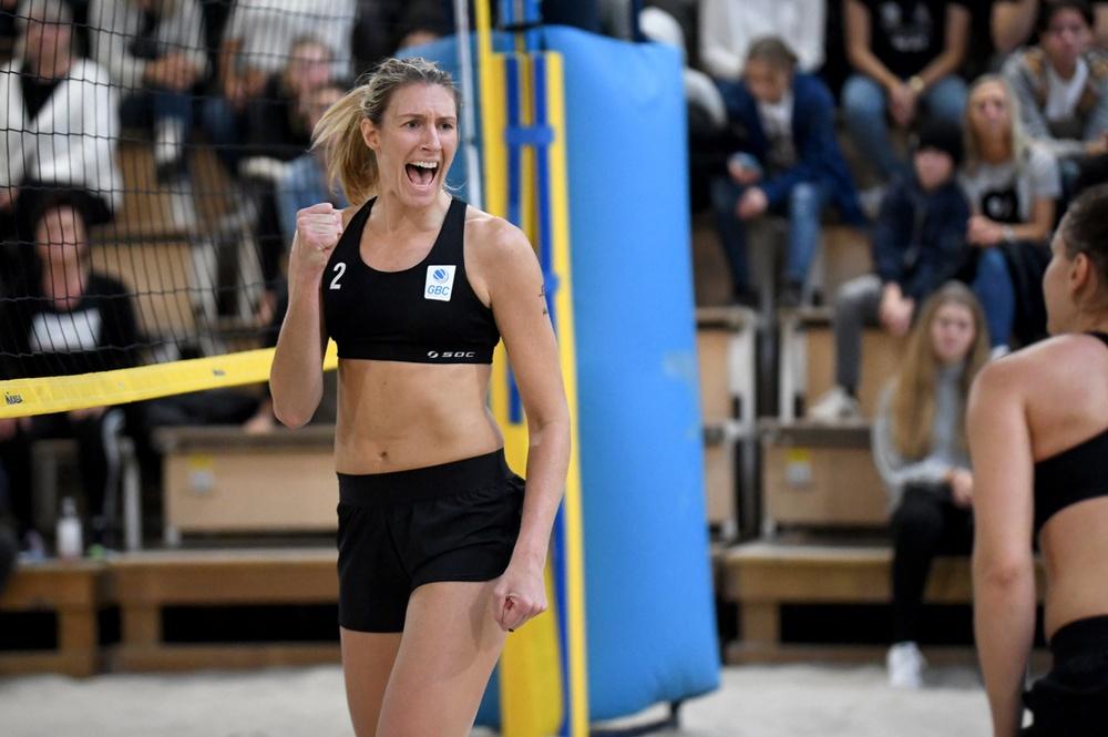 Nina Grawender jublar åt Sigrid Simonsson på vägen mot semifinal i Nevza Beach Sweden. Foto: Johanna Svensson