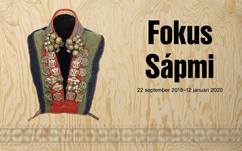 Silverkrage i ullkläde med tenntrådsbroderi. Inköpt i Arjeplog. De äldsta delarna av kragen är från 1700-talet. Bården på bilden är skapad av Maria Vinka, speciellt för utställningen. Från utställningen Fokus Sápmi på Kulturen i Lund.
