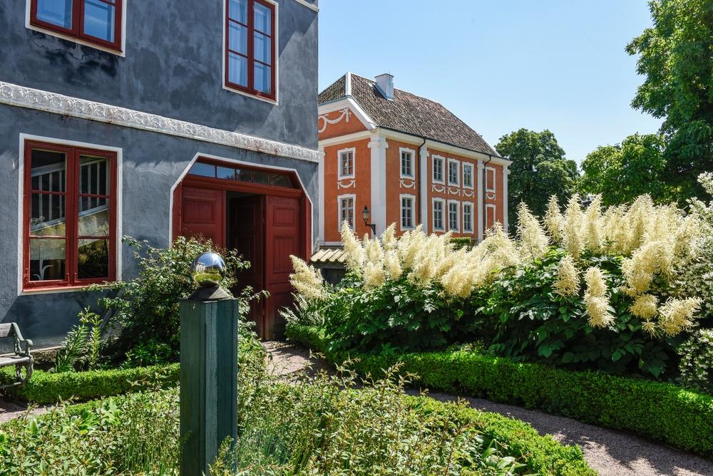 Thomanderska huset med sin trädgård närmast i bild, i bakgrunden Herrehuset. Foto: Viveca Ohlsson/Kulturen
