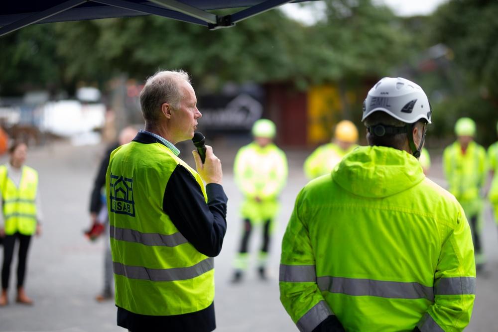 SISAB:s vd Claes Magnusson stoppade bygget vid Slättgårdsskolan för att prata om behovet av samarbete för en säkrare arbetsmiljö i byggbranschen.  Foto: Vass Kommunikation