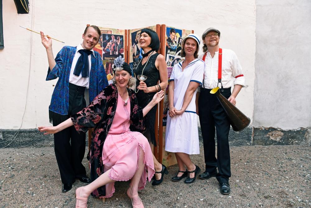 Hela lekfulla tidsresor-gänget! Från vänster Olle Ekström, Yvonne Andersson, Annika Mandahl, Kristina Bakran och Ivan Bakran. Foto: Viveca Ohlsson/Kulturen