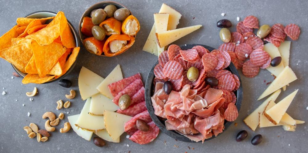 Enkelt och så galet gott! Duka upp med salamichips, chark, ost, oliver, nötter och nachos.