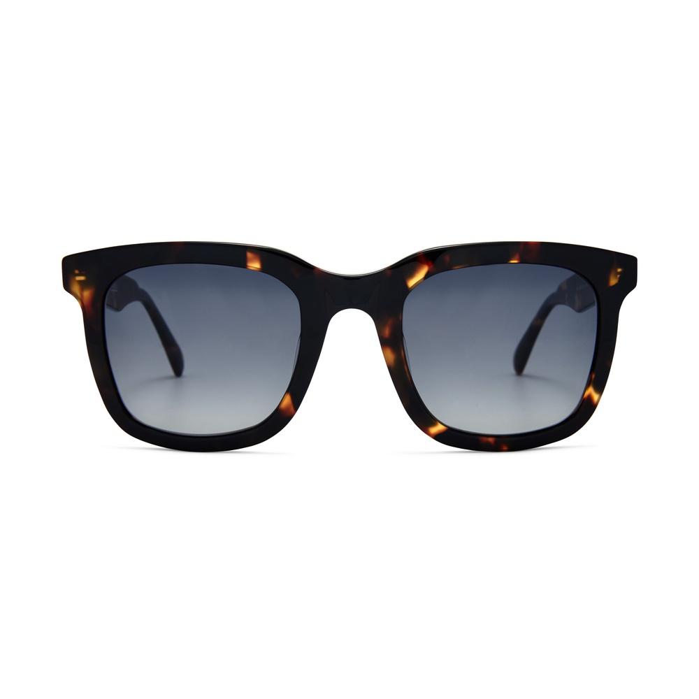 Dessa solglasögon ur Circular Collection andas tidlöst men med moderna design-influenser i form av en chunky båge. Solglasögonen är dessutom gjorda av återvunna bågar.