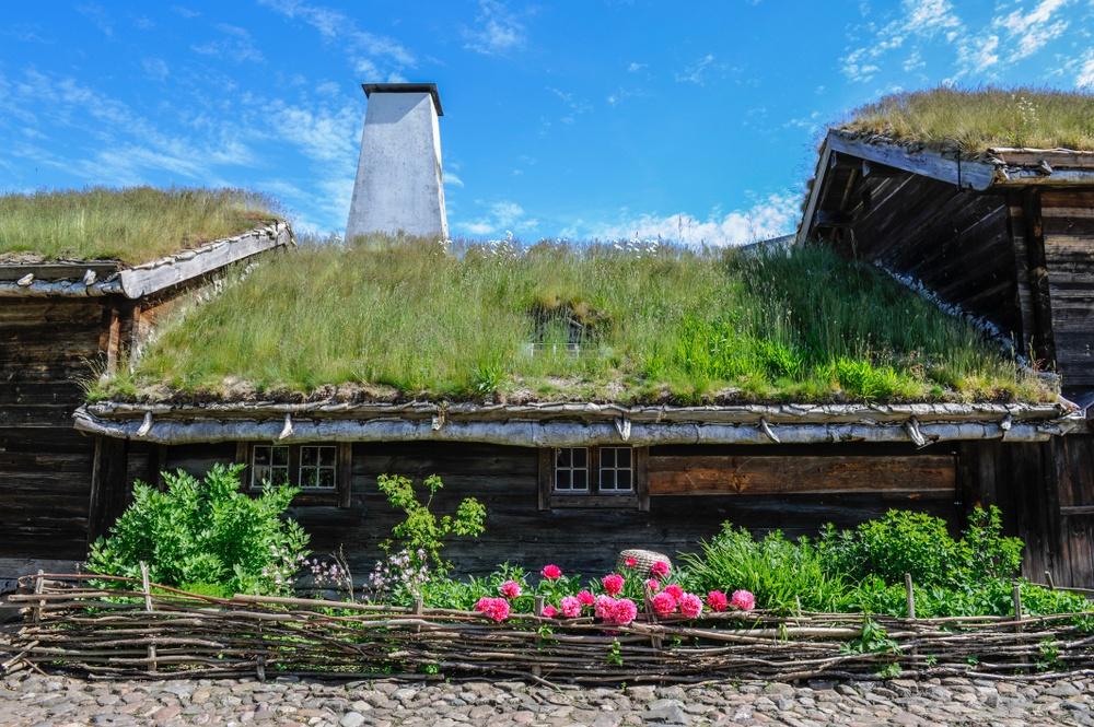 Denna bondgård från Nybygden i Jämshög, Blekinge, byggdes vid 1700-talets mitt. I huset skildras med utgångspunkt från arkivmaterial hur bonden Carl Olsson levde där med sin familj 1815-1835.