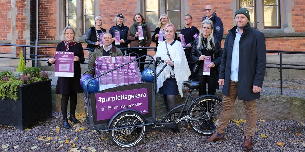 Arbetsgruppen för Purple Flag samlad kring en cykel som kommer att användas under Purple Week.