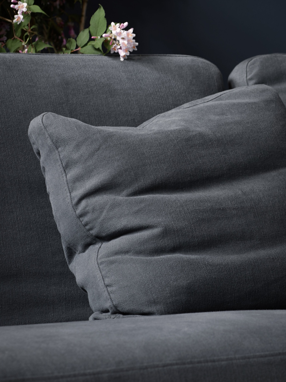 Bemz cover for Stockholm 3.5 sofa, fabric: Simply Linen Graphite Grey. Stylist and photographer: Daniella Witte.