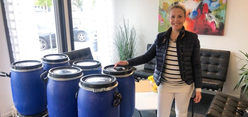 Hanna Kipatsi, hållbarhetschef på VSV Frakt, tar emot första lasset biobaserad absorbent som ska testas av värmländska åkare.