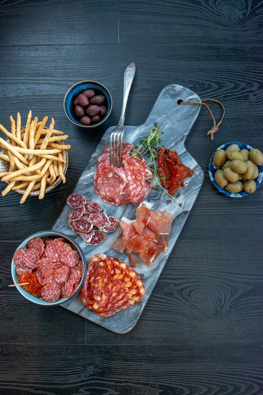 Unna dig något riktigt gott - charklyx! Njut av salamichips, fuet, salami napoli, salami spinata och prosciutto.