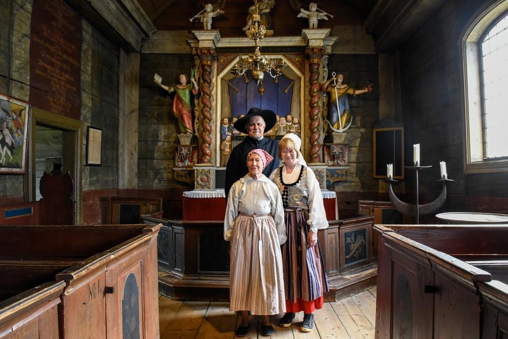 Volontärerna Gunbritt Svensson, Christina Rhodin och Martin Cruce i Bosebo kyrka på Kulturen i Lund. Foto: Viveca Ohlsson, Kulturen