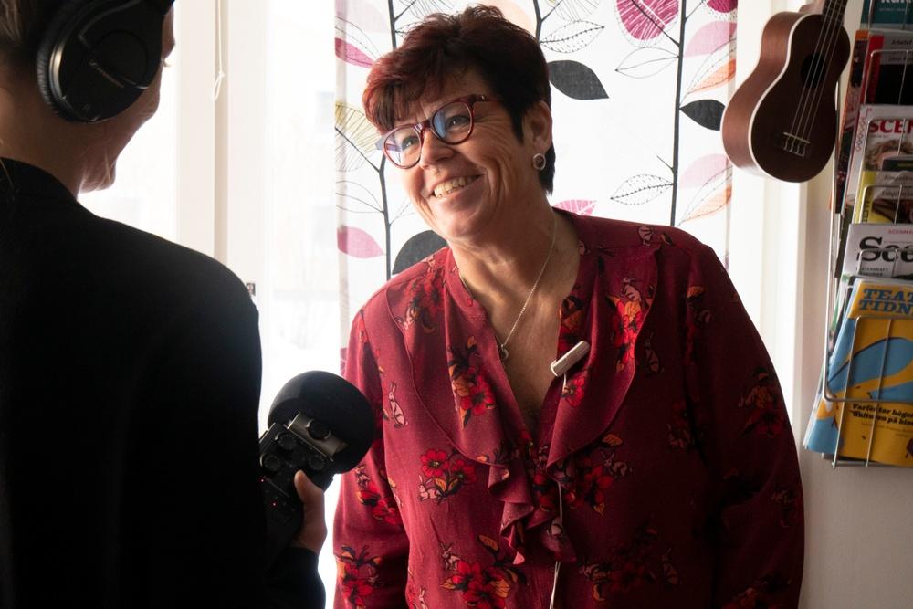 KvinnORKS-podden avsnitt 4: Prestationerna och spriten – Med Monica Lindgren. Intervjuare Matilda Kjellmor.  Foto Sofia Lindblom. Presenteras av Nordiskt Berättarcentrum  en del av Västerbottensteatern
