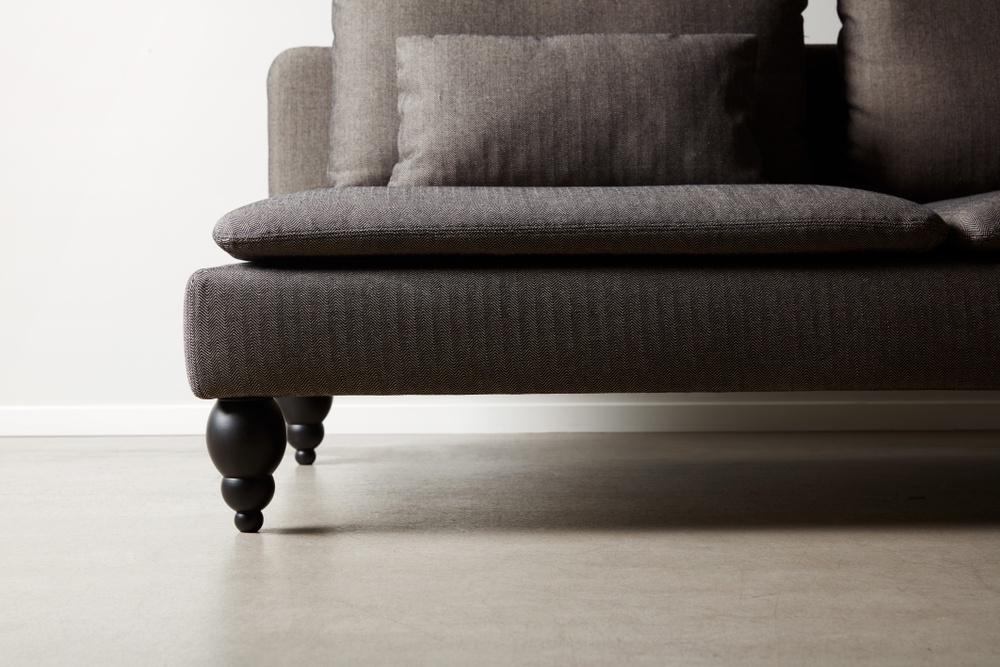 Bemz cover for IKEA Söderhamn sofa in Jet Black / Sand Beige Brinken Herringbone. Maxwell Ryan x Bemz by Apartment Therapy legs, model: Terence 18cm in Jet Black.