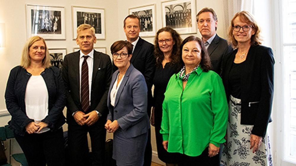 Sju myndighetsrepresentanter överlämnar rapport till digitaliseringsminister Anders Ygeman.