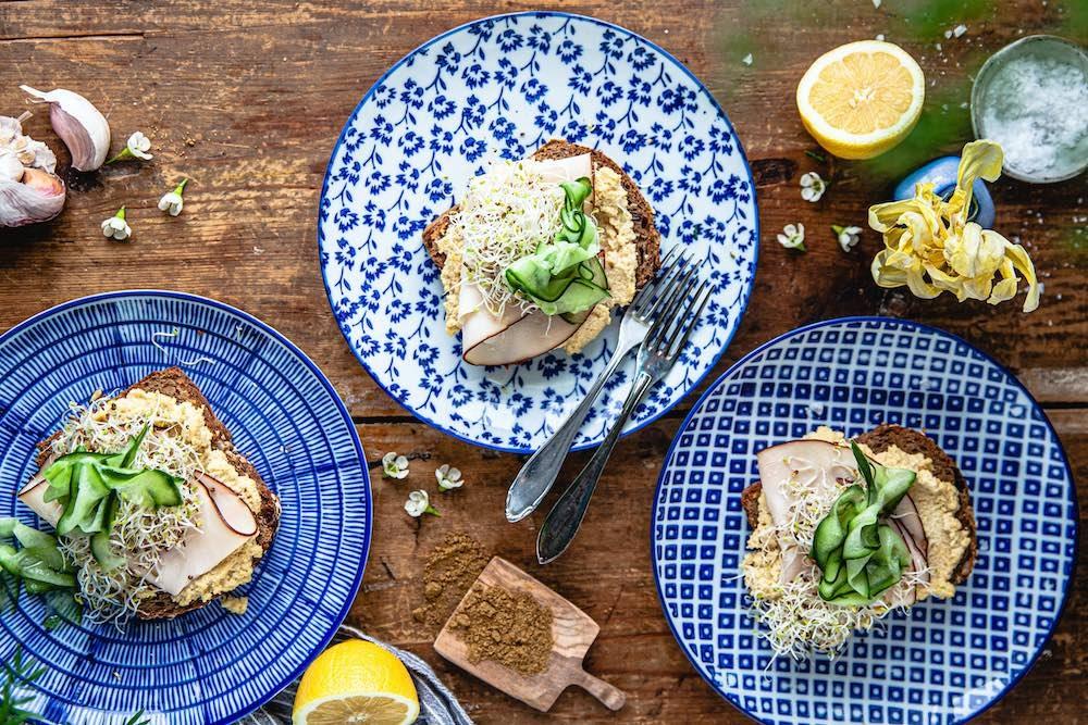 Hummus- och kycklingmacka med extrarökt kycklingpålägg