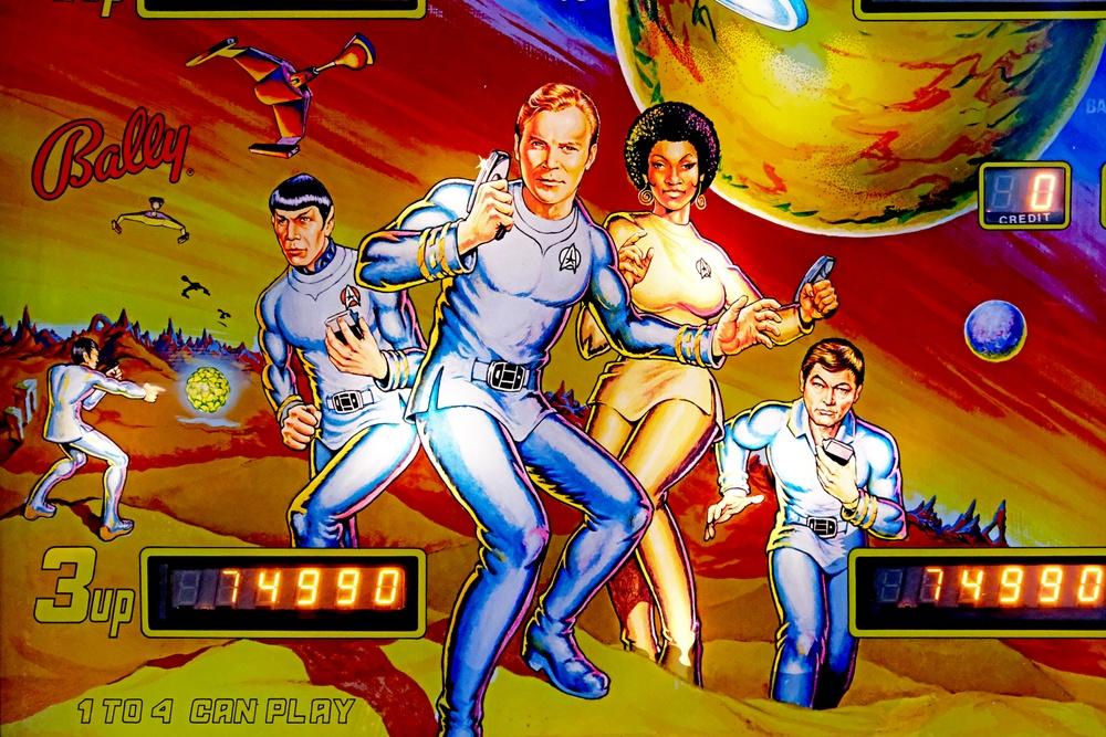 """Backboxglas på flipperspelet """"Star Trek"""" av Bally från 1979. Foto: Jessica Ljung, Kulturen"""