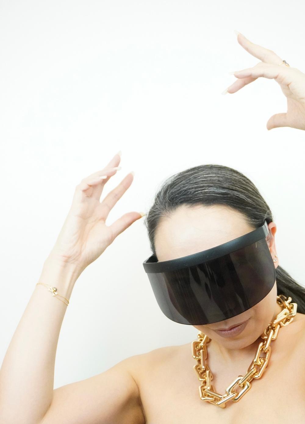 Wai Chan, chefsdesigner hos Synsam Group, med Ai Shields, vårens kanske trendigaste solglasögon.