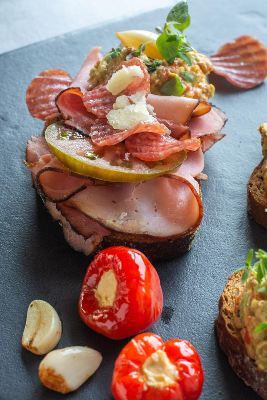 Lyxig smörgås med Bränneboskinka och salamichips - servera med Pepperballs och ett glas Lemonade.