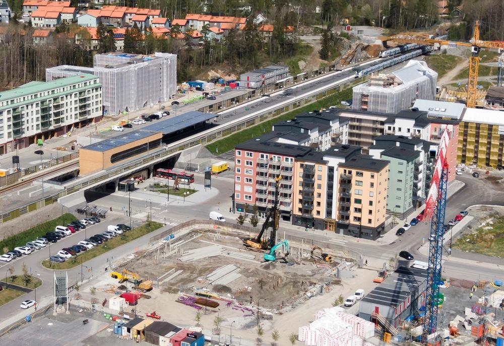 Ikano Bostads första kvarter i Vega i Haninge är inflyttat och klart. På marken framför växer Ikano Bostads första projekt att byggas enligt Svanen fram.