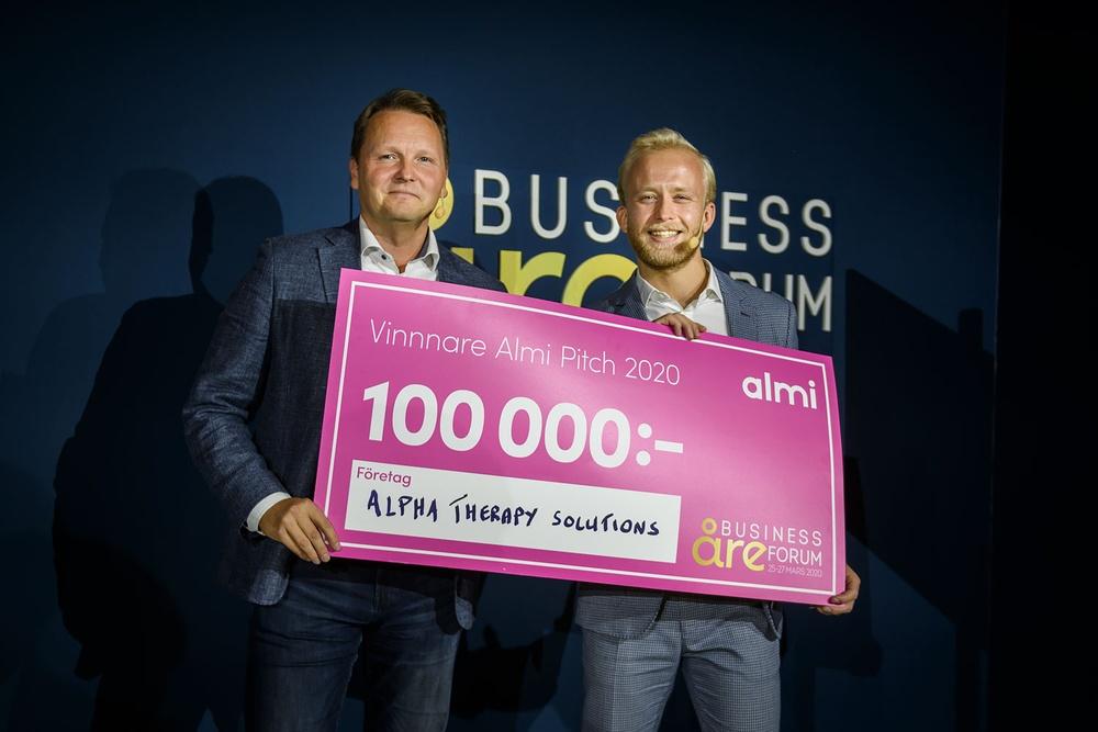 Almi Invests vd Mikael Karlsson med vinnaren av Almi Pitch 2020, Milton Lönnroth, vd på Alpha Therapy Solutions.