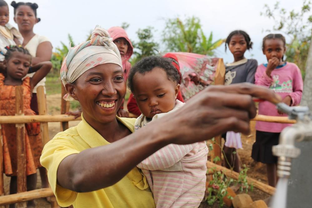 Raoly från byn Tsarafangirta på Madagaskar inviger det nya vattensystem som WaterAid har installerat i byn. Foto: WaterAid/Ernest Randriarimalala