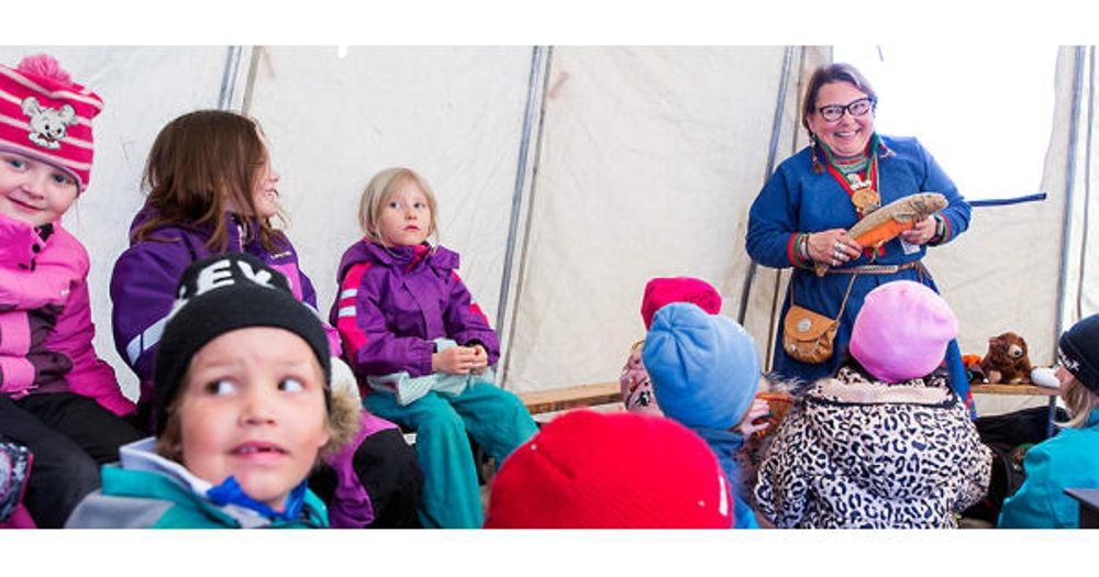 Sorsele var Årets berättarkommun 2018 och medverkade vid Berättarfestivalen i Skellefteå. På bilden Pia Kaddik som berättade för barn och vuxna i tältkåtan. Foto: Patrick Degerman.