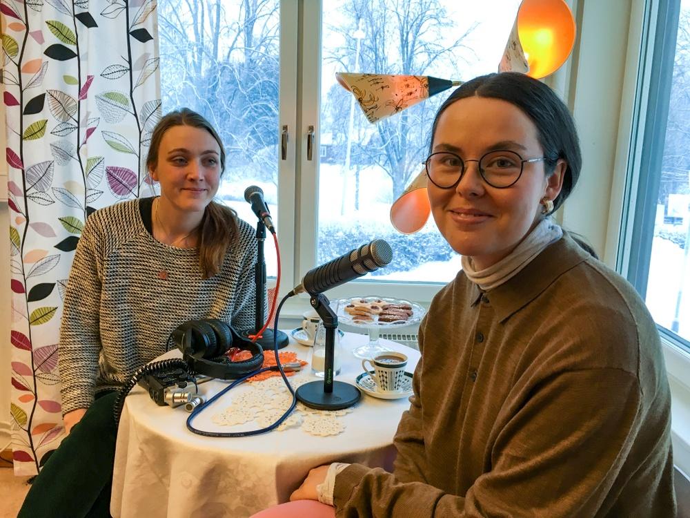 KvinnORKS-podden avsnitt 3: Psyksjukan och broderierna – med Maja Delborn. Intervjuare Matilda Kjellmor.  Foto Sofia Lindblom. Presenteras av Nordiskt berättarcentrum  en del av västerbottensteatern