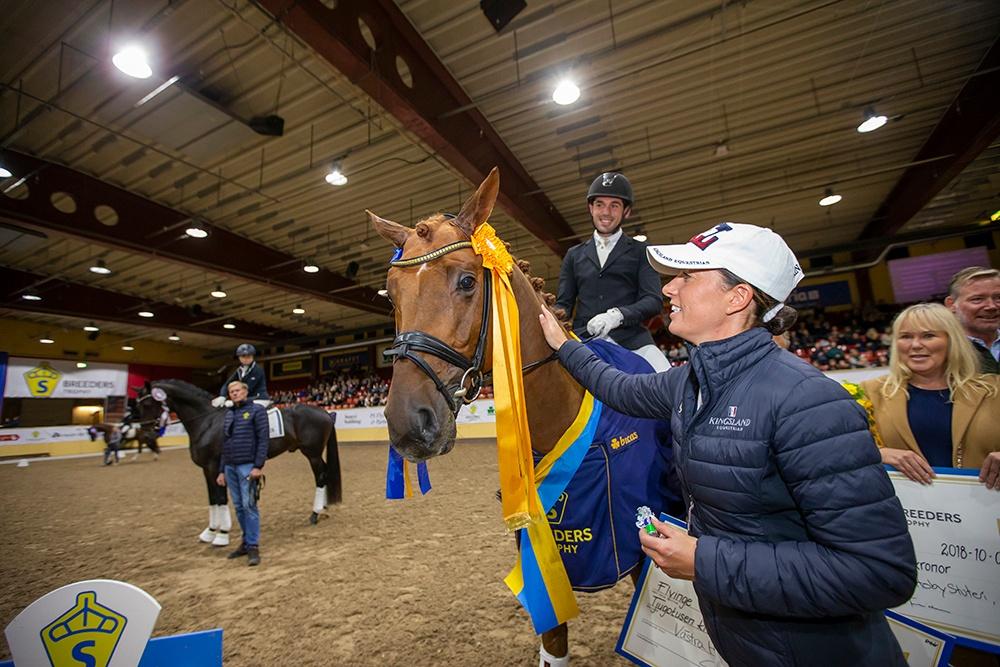 2019 blir året då de unga SWB-hästarna får sällskap av internationella ekipage i Flyinge. Här delar brittiska testryttaren Charlotte Dujardin ut pris till 2018 års fyraårsvinnare: Springbank VH II. Fotograf: Roland Thunholm