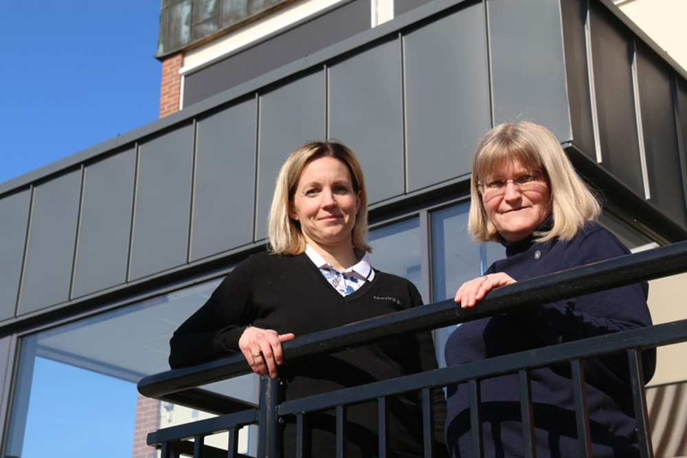 Näringslivschef Malin Jonsson och Eva Larsson är glada över resultatet av hur invånare och företagare värderar kommunen i SKL:s undersökning. Foto: Annette Lauritzen