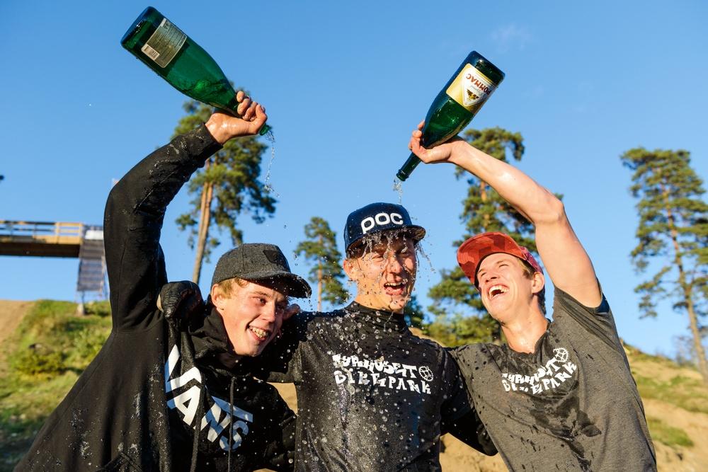 SM-trean Tobias Jangmo (tv) och tvåan Viktor Douhan (t h) firar nye svenske mästaren i slopestyle Alex Alanko.  Foto: Petter Blomberg