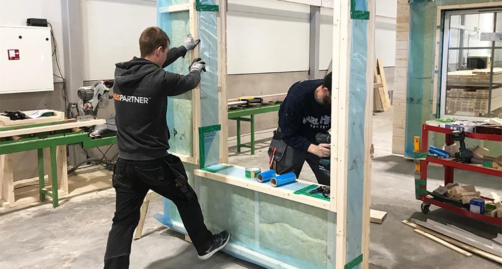 I Huspartners nybyggda fabrik i Ilanda monteras ytterväggar och stommar till färdiga moduler.