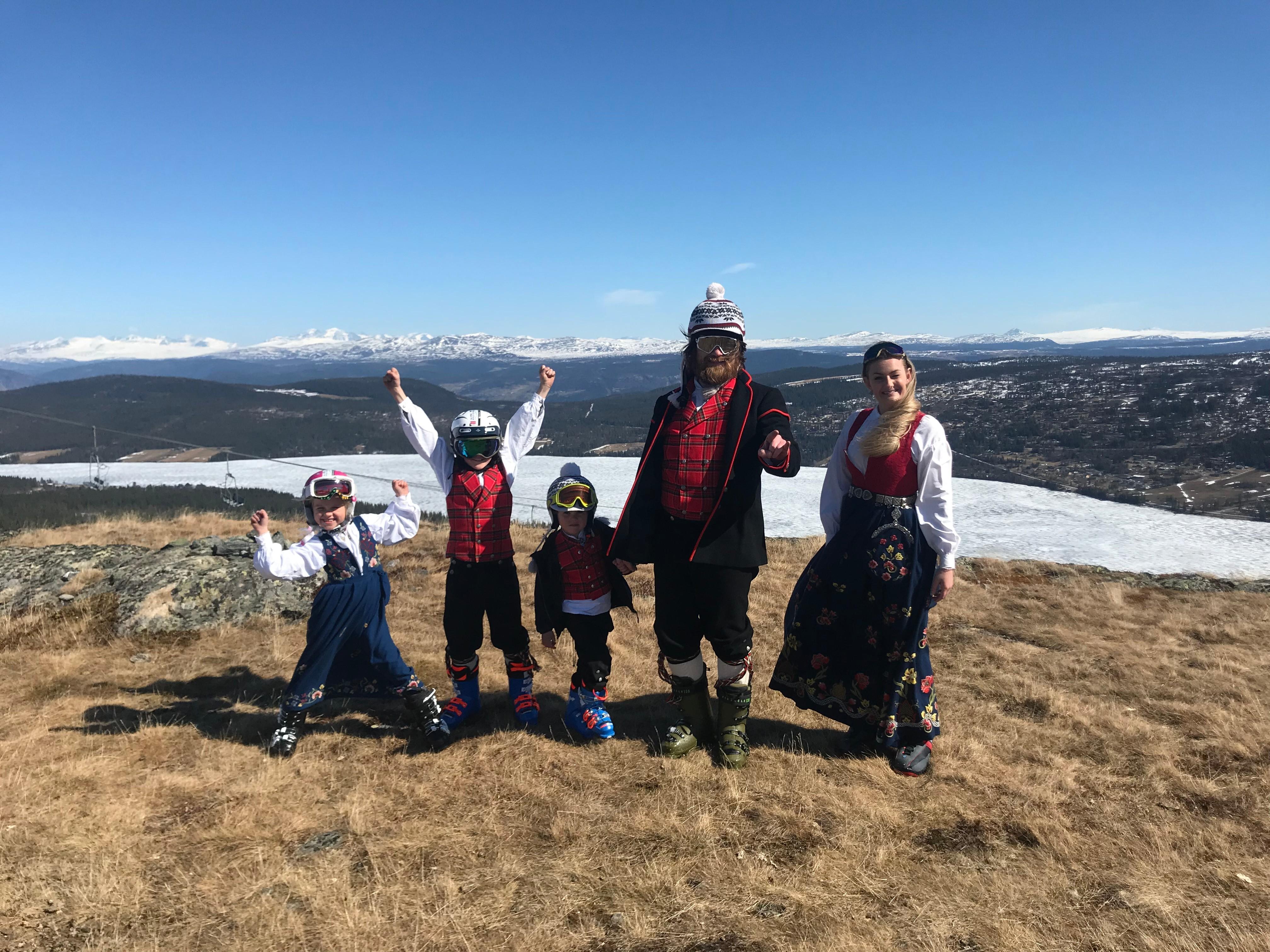 Foto: Familien Giverhaug sammen med Juliane Bay fra Loftet Dansestutio stilte gladelig i skiutstyr, bunad og med dansefot på toppen av Valsfjellet på Gålå.
