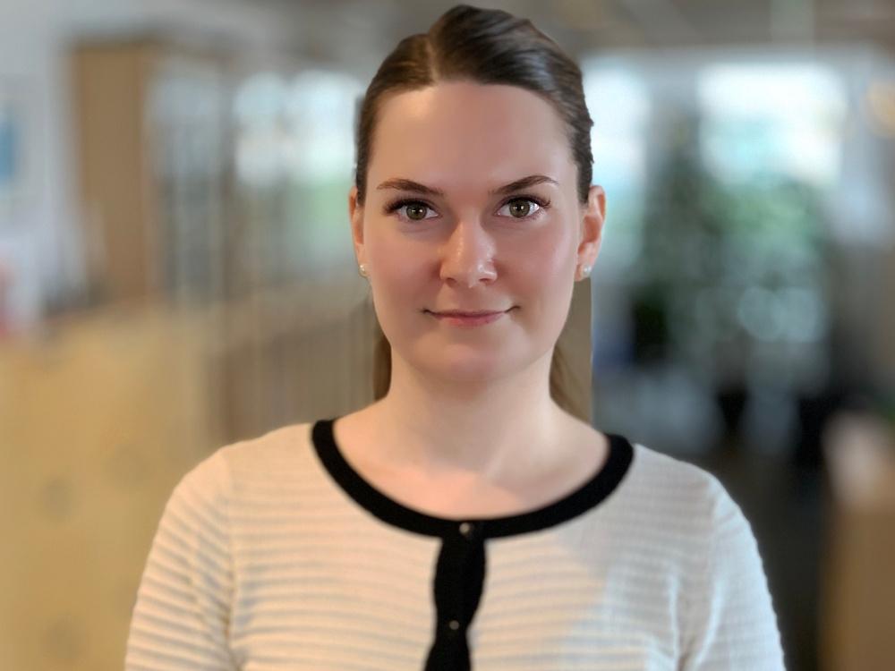 Martina Johansson fördelar vidaresändningsersättningen. Foto: Emma Grip