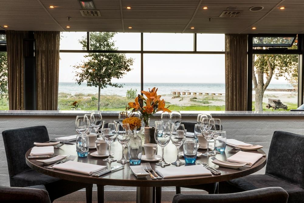 Dukat bord med utsikt på Restaurang Sand.
